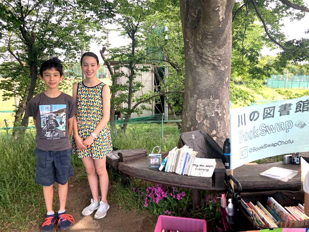 「川の図書館」を開設した中学2年生の熊谷サラさん、中学1年生の熊谷ダイスケさん