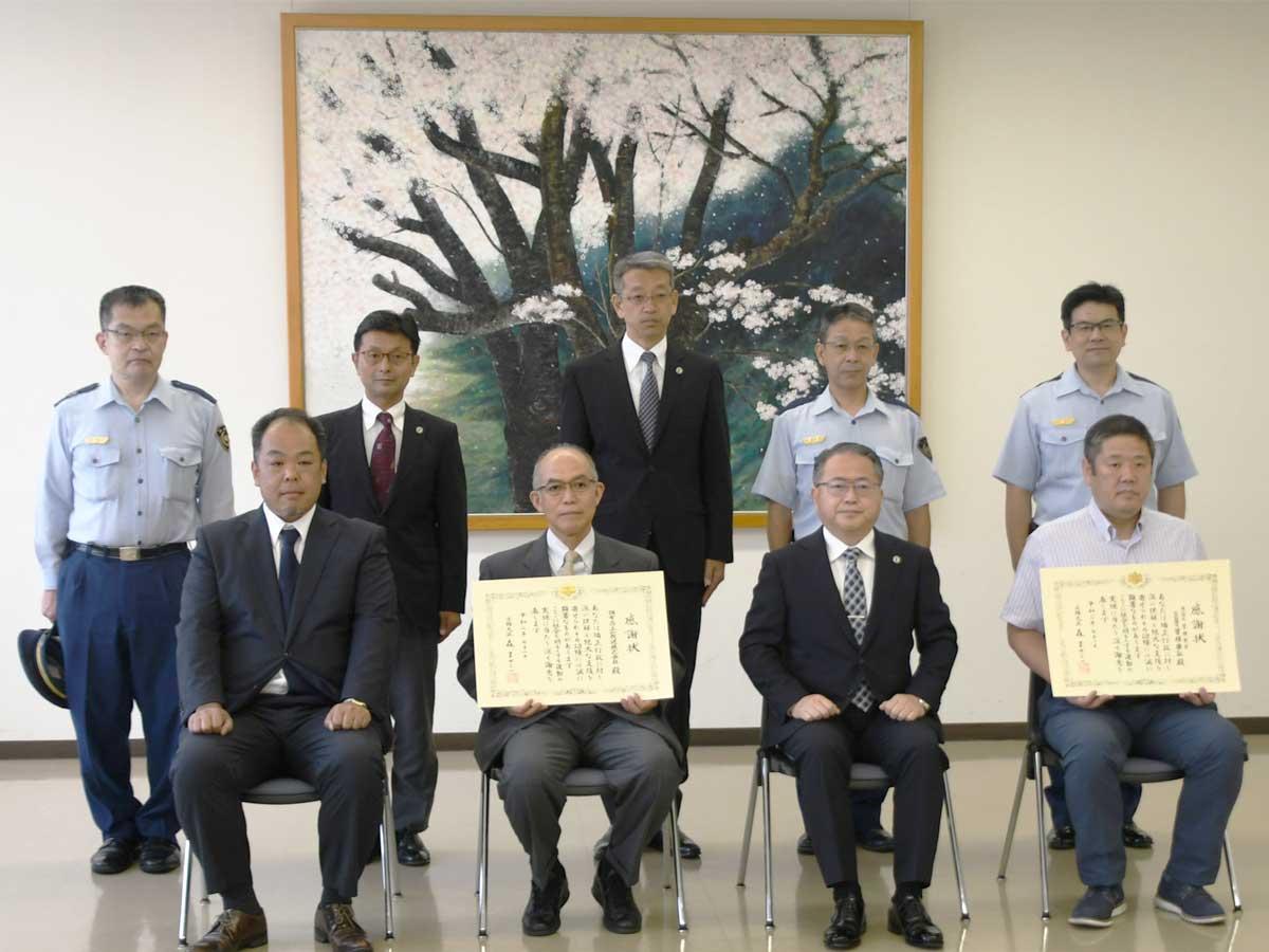 調布FMの局長・小林明男さん(下段左から2番目)と岩松真弥さん(下段左から1番目)