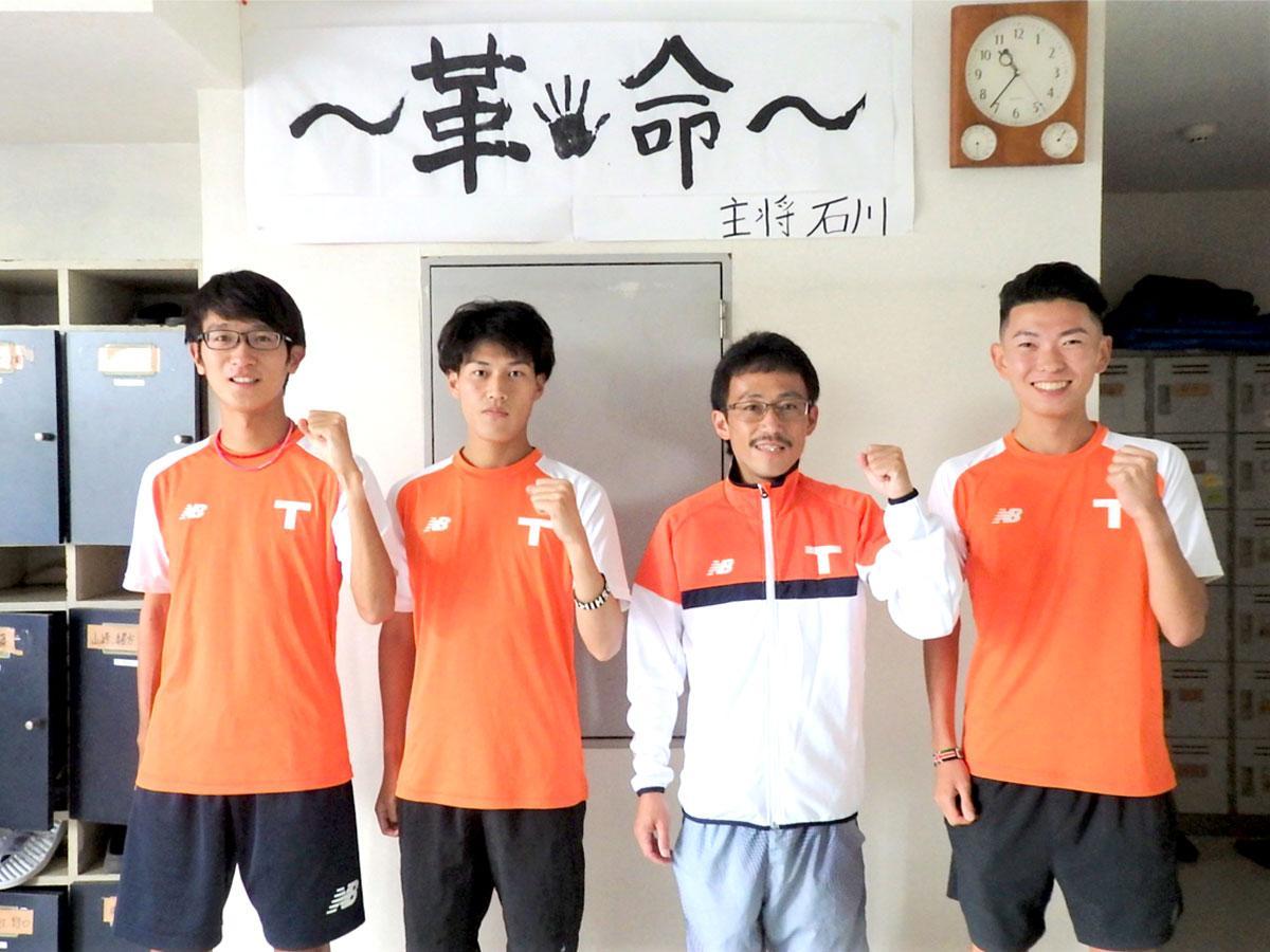 左から拓殖大学陸上競技部の吉原選手、石川選手、山下監督、青柳選手 、西調布のクラブハウスにて