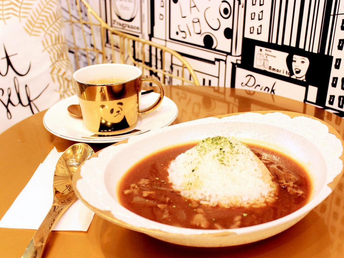 「!DEA CAFE」の看板メニュー「国産牛すじ本気カレー」 皿は有田焼の新作、コーヒーは目にも楽しいパンダのカップで