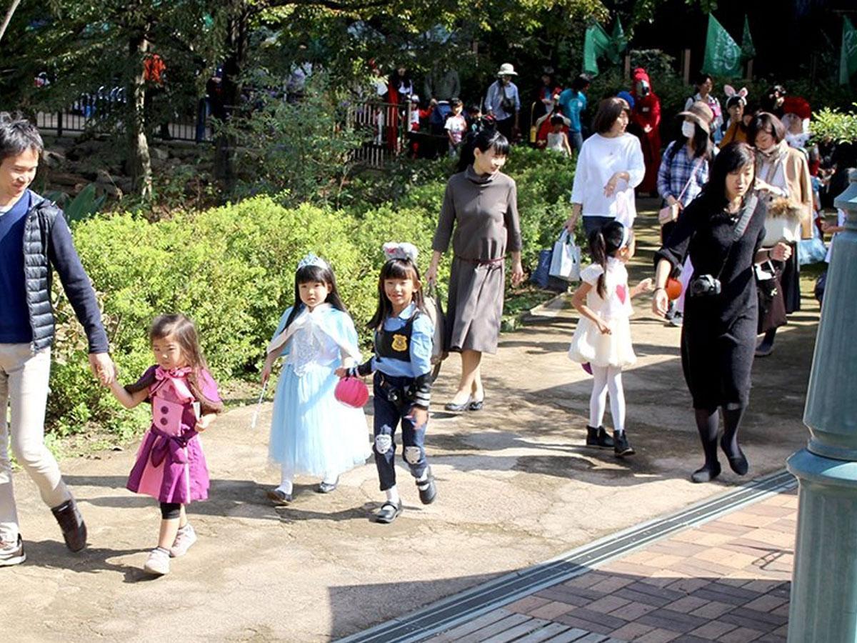 今年の仮装パレードのドレスコードは、ハロウィーンならではのマスクを着用