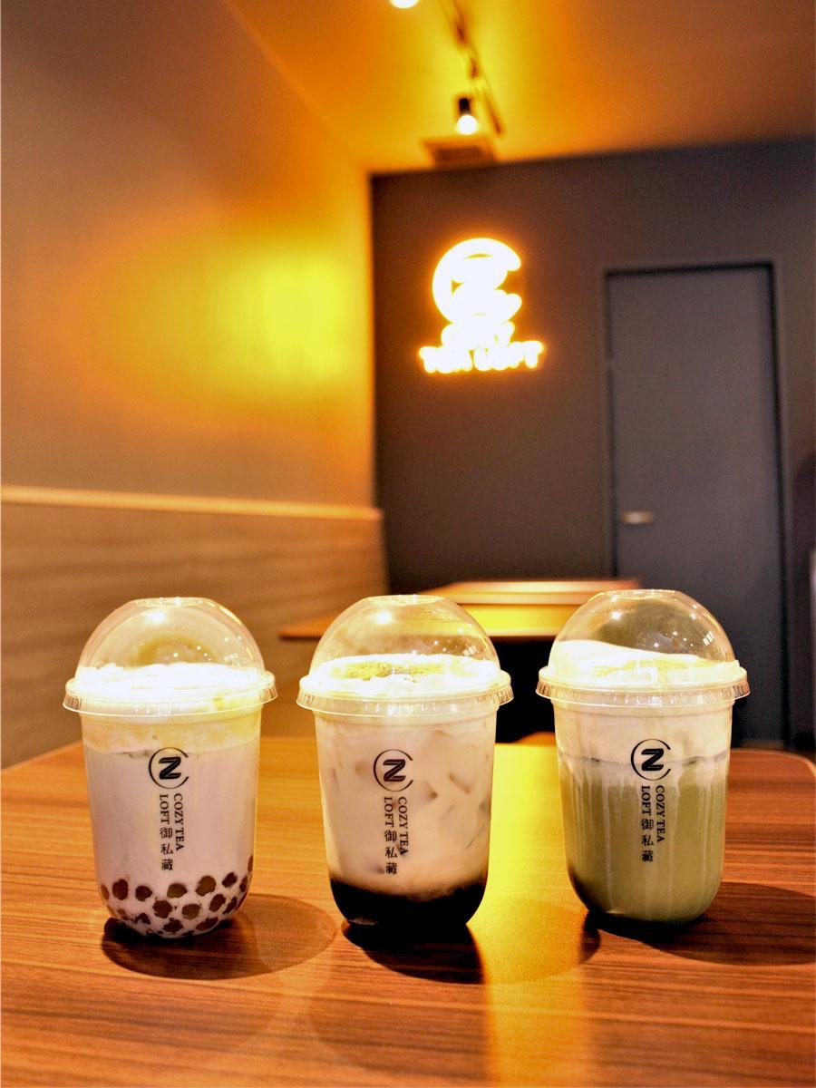 「御私蔵COZY TEA LOFT(イースーサン・コージーティーロフト)」の人気メニュー 「焔黒糖タピオカミルク」(中)・「ブリュレタロイモミルクティー」(左)・「ミルクフォーム抹茶」(右)