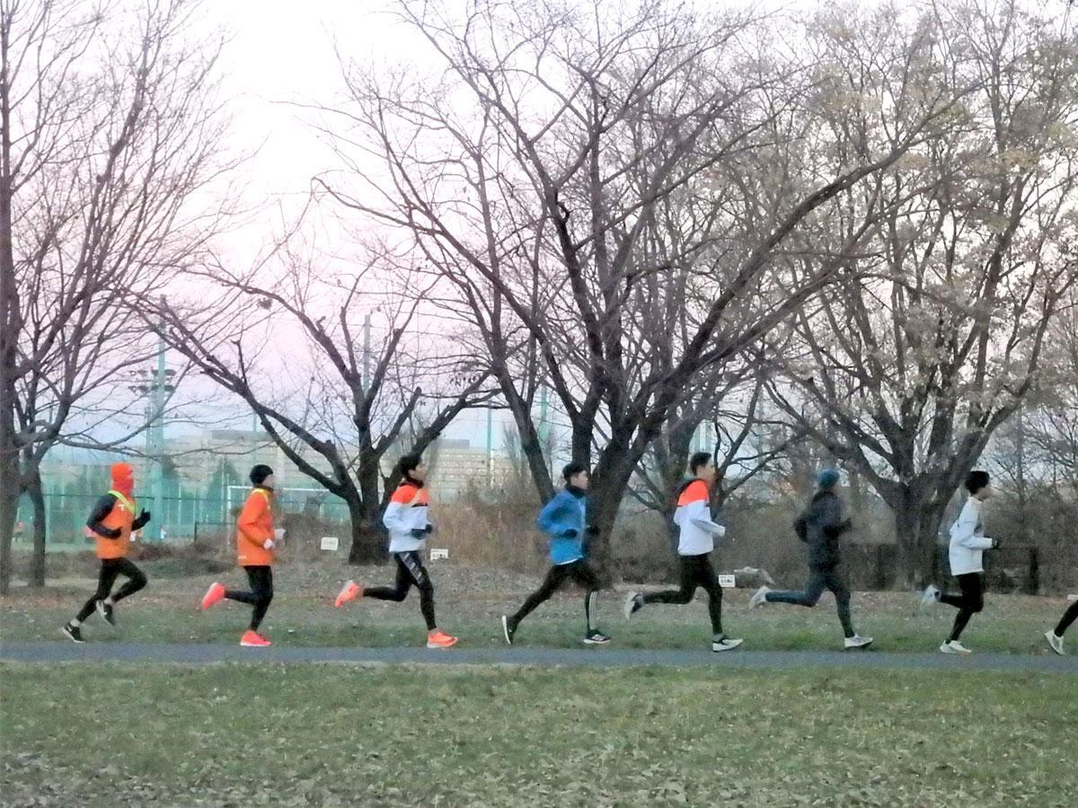 早朝、武蔵野の森公園で練習する拓殖大の選手