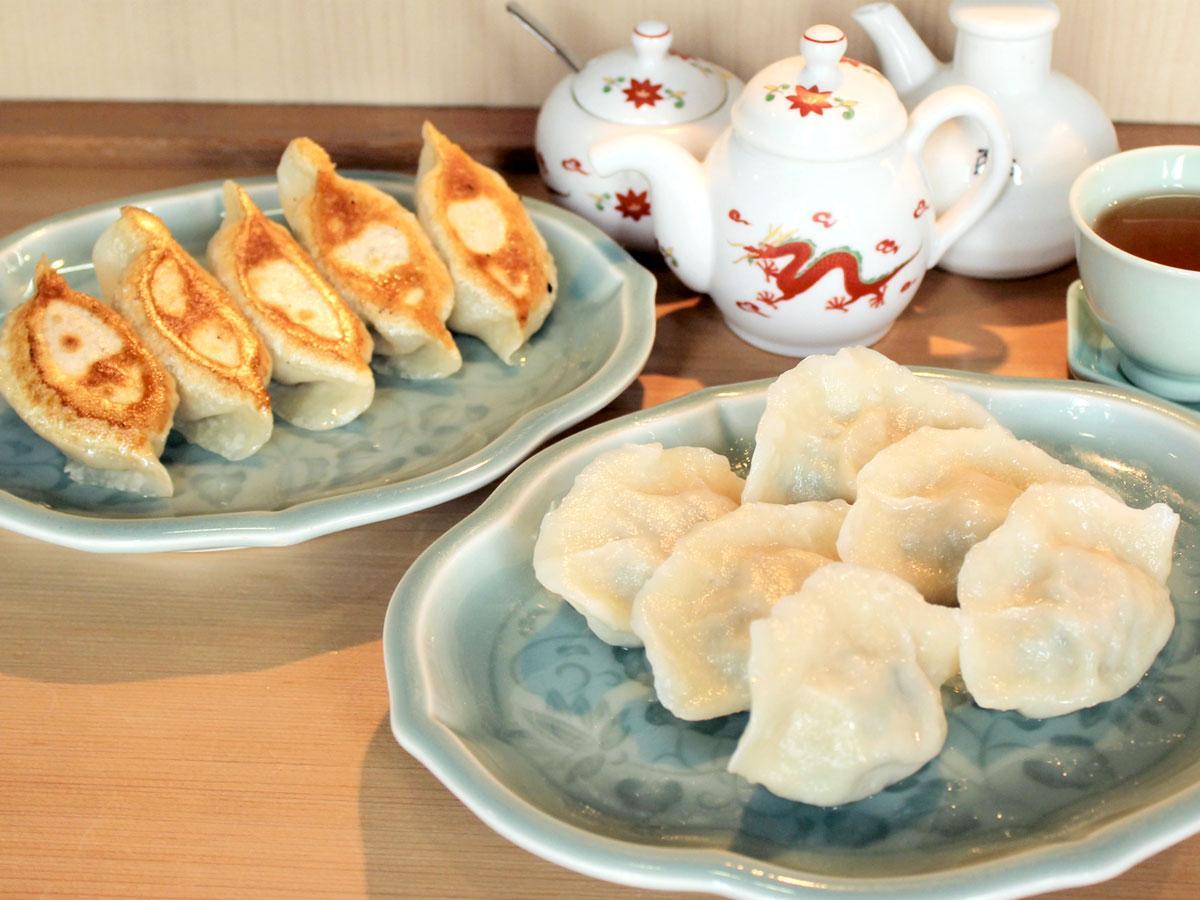 手作りギョーザの店「吉春」の看板 「水餃子」と「焼き餃子」