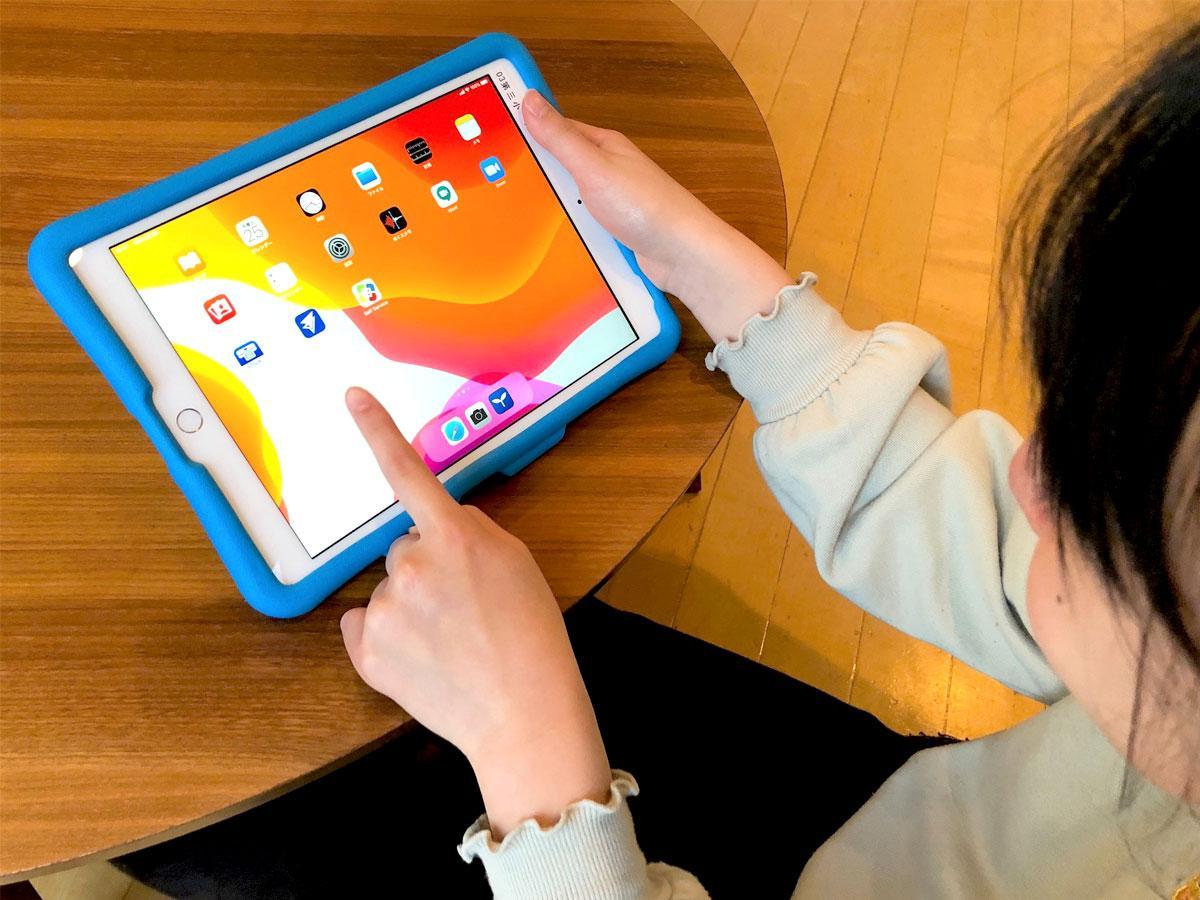 調布市立小学校児童に配布されたタブレット端末「iPad」