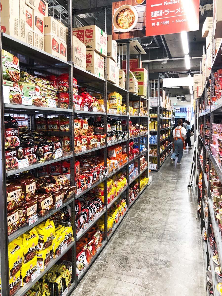 倉庫風の店内に所狭しと韓国の食品が並ぶ