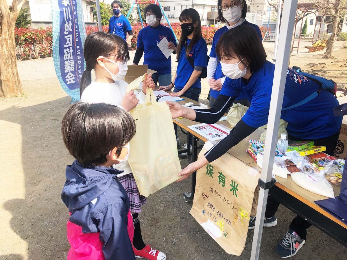 3月27日に開催された「こどもフードパントリー調布・多摩川小学校エリア」の様子