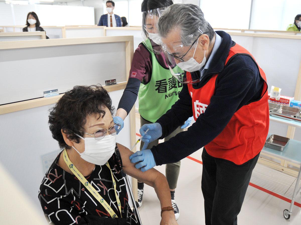 予診、接種、待機(副反応確認)が同じ場所で座ったままで行える、調布市独自の接種方式