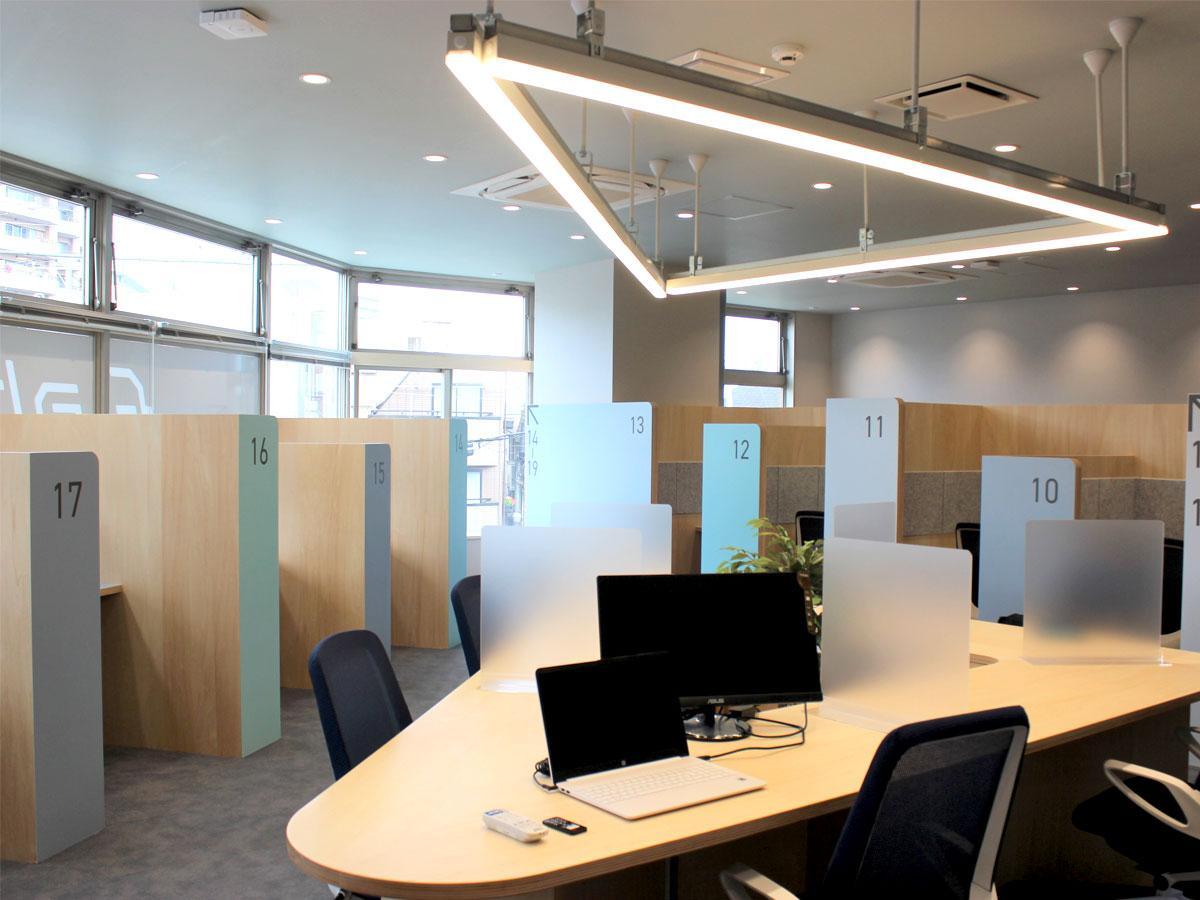 サテライトオフィス「fabbit狛江」の明るく優しい雰囲気の内観