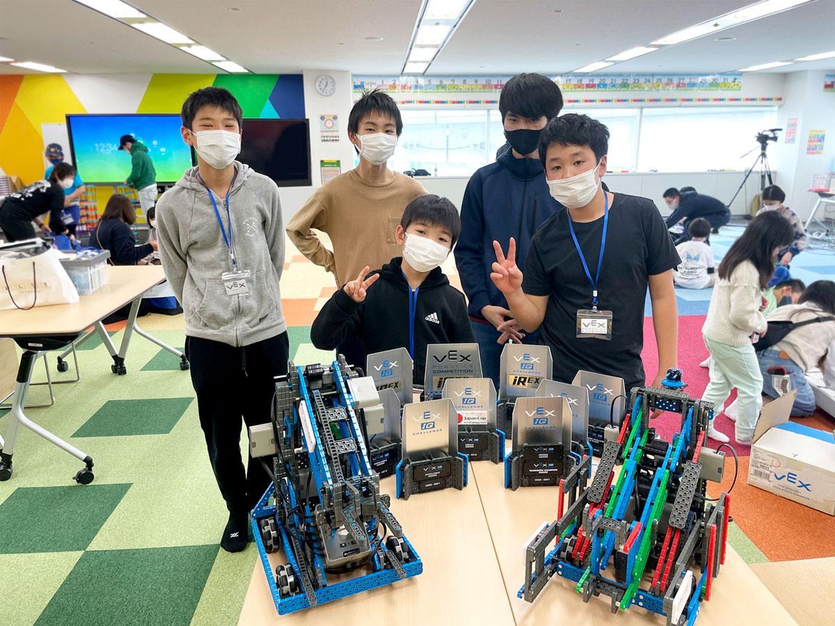 VEXロボティクス世界大会「VEXIQ Challenge 2021」の日本代表Red Bisonsのメンバー、後列左から松澤奨真さん、田邉冠太さん、二宮朋諒さん、前列左から松澤史詠さん、小﨑裕之さん 一年かけて制作したロボットと