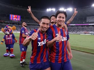 FC東京に復帰の長友佑都選手、雨の「味スタ」ピッチで躍動 記念グッズ販売も