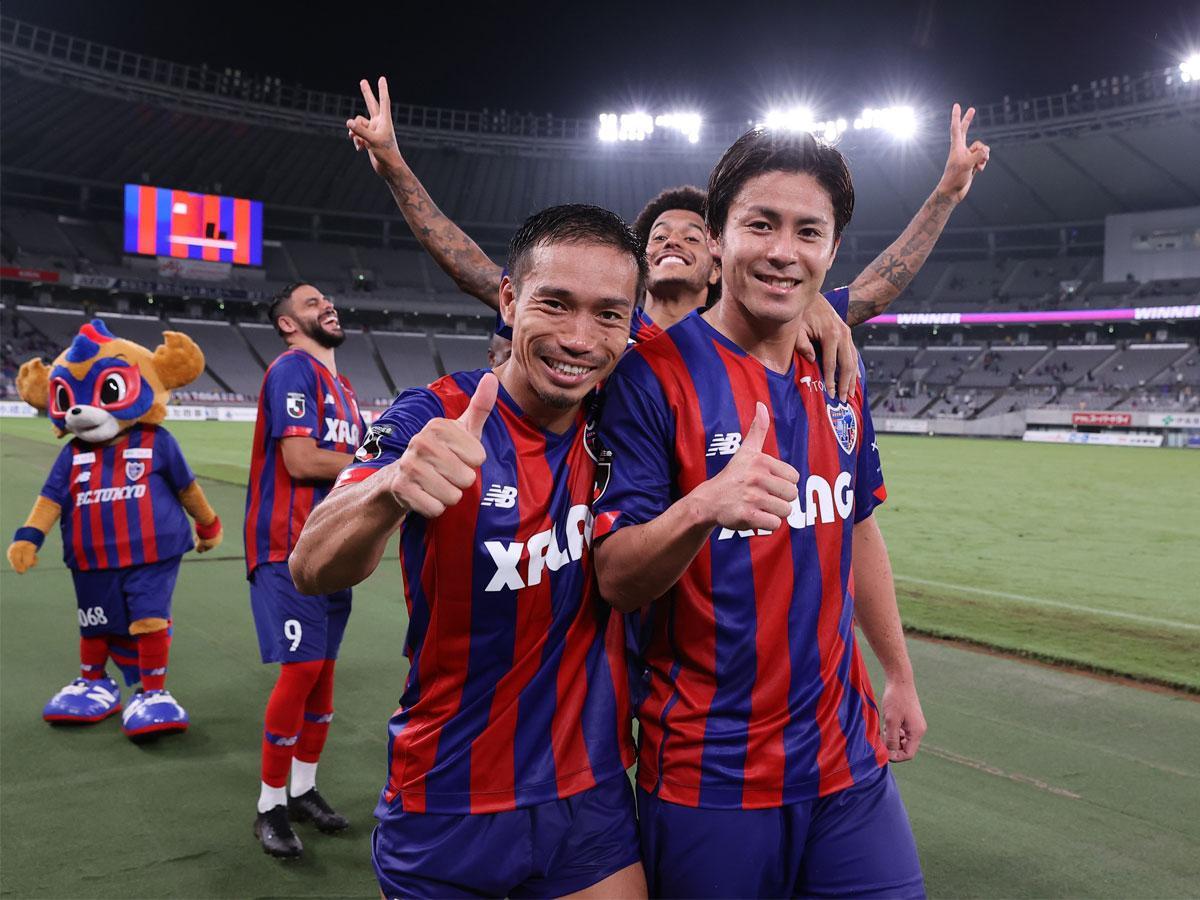 復帰直後の試合で快勝し、仲間選手と笑顔を見せる長友佑都選手 ©F.C.TOKYO
