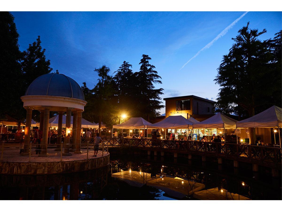 池周りのウッドデッキ席、バラ園に面したテラス席、ハーブガーデンに囲まれたエリアなどがあるBBQ-VILLAGE