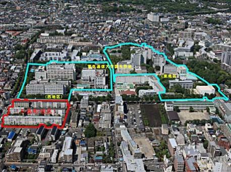 電気通信大学の敷地の航空写真。左下の赤い線で囲まれた地区 ...
