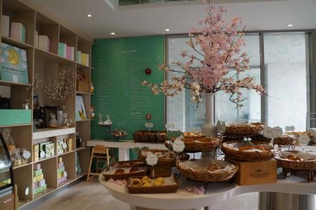 日本から運んだ桜の飾られる明るい店内