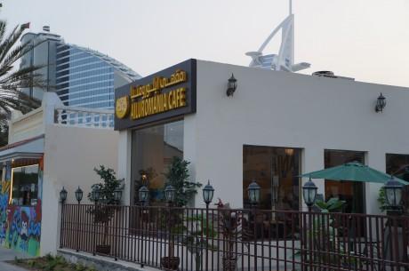 ビーチロード沿いに並ぶ猫カフェ「Ailuromania Cafe」