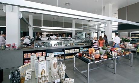 欧州から取り寄せた高級食材や総菜も人気のjones the grocer店内