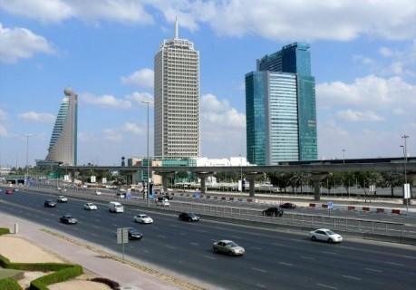 日本領事館も事務所を構えるDWTCのビル(写真:中央)