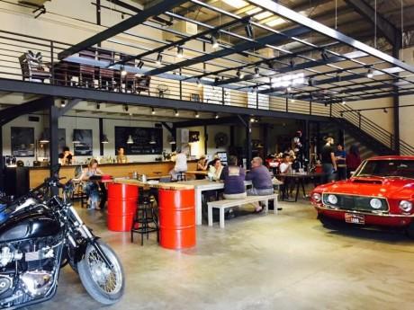 倉庫を改装した店内にはバイクやマスタングが
