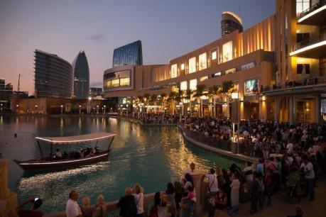 多くの観光客が訪れるドバイ・モールの風景