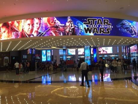 Mall of the Emirates入り口の巨大スクリーン