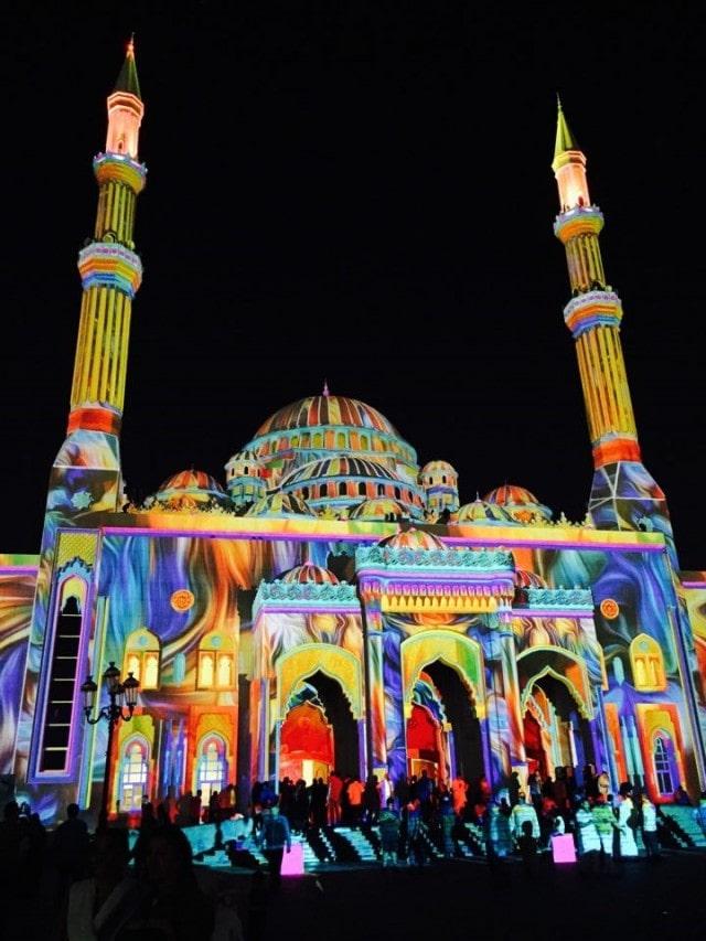 色とりどりの光に照らされるモスク
