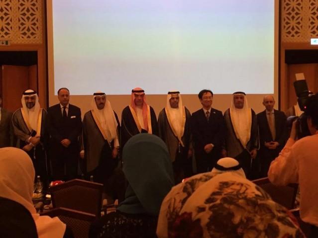 道上総領事(右から3人目)と来賓出席者