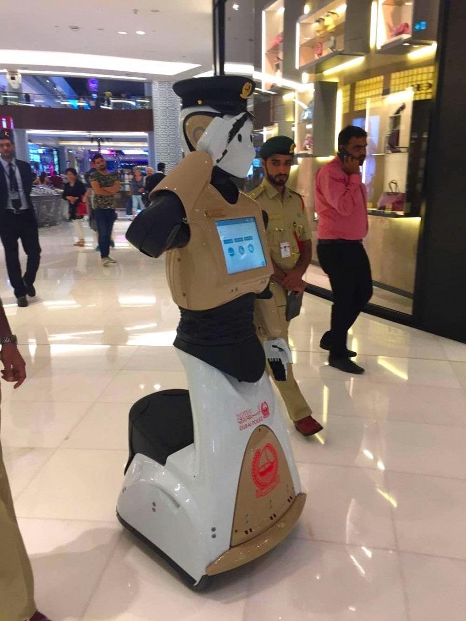 ドバイモールをパトロールするRobocop