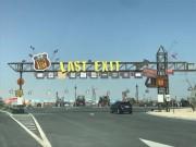 フードトラックの並ぶLAST EXIT入り口