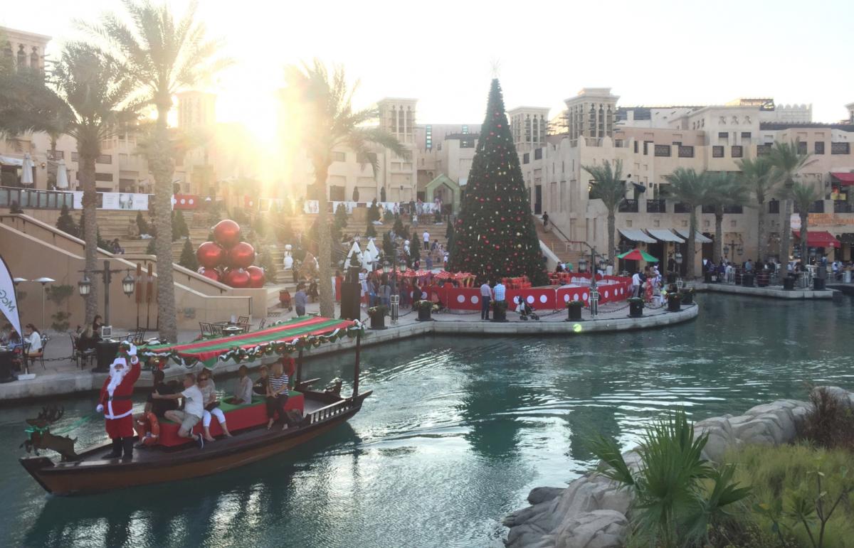クリスマスマーケットのシンボルツリーと、サンタクロースとクリークを巡るツアーの様子