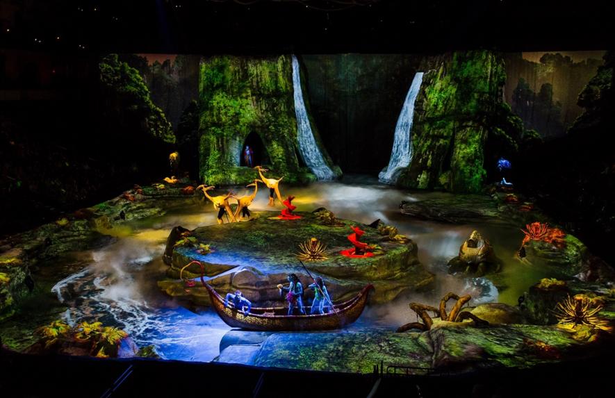大掛かりなセットやプロジェクションマッピングで舞台表現された「アバター」の世界 © Cirque du Soleil