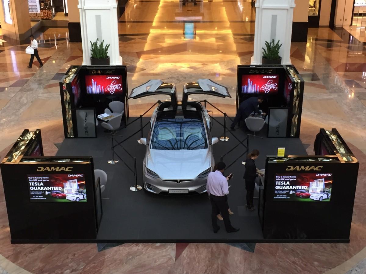 高級電気自動車テスラが展示されているダマックプロパティのセールスブース