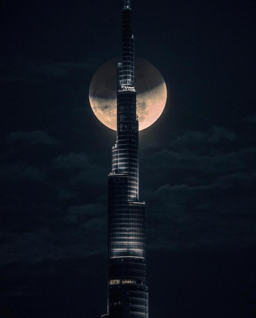 世界最高層ビルブルジュ・カリファとともに撮られたスーパーブルーブラッドムーン © @faz3