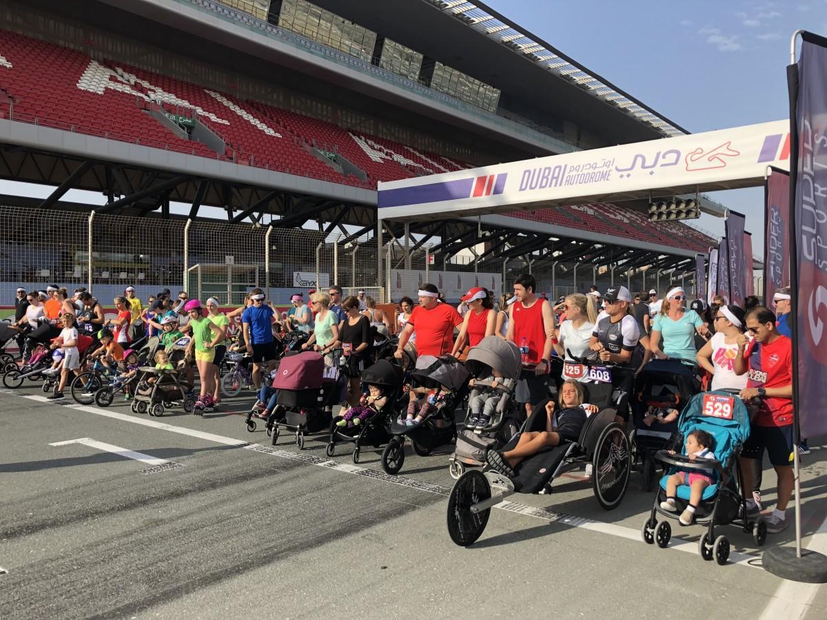 サーキットコースのスタート地点にベビーカーがズラリと並ぶ