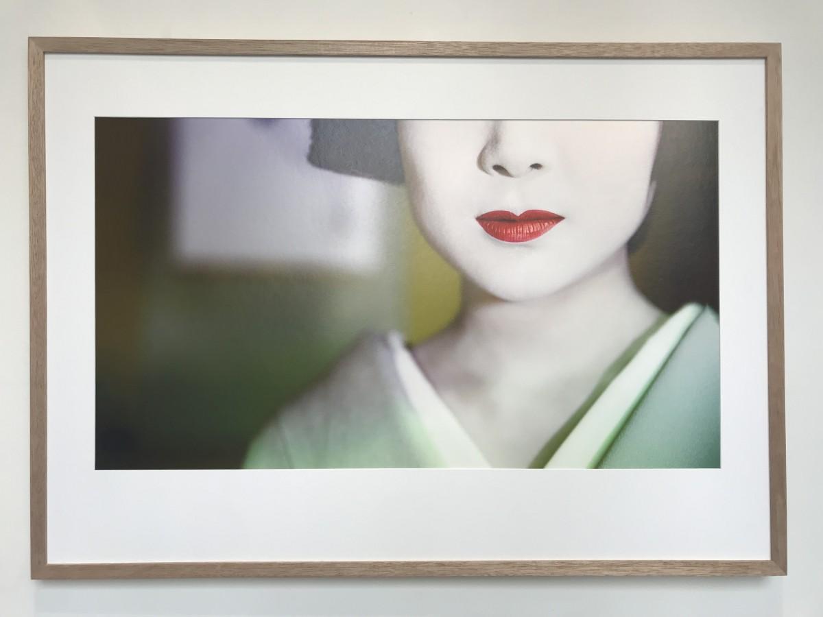 上七軒の芸妓・勝瑠さんの写真が出迎える