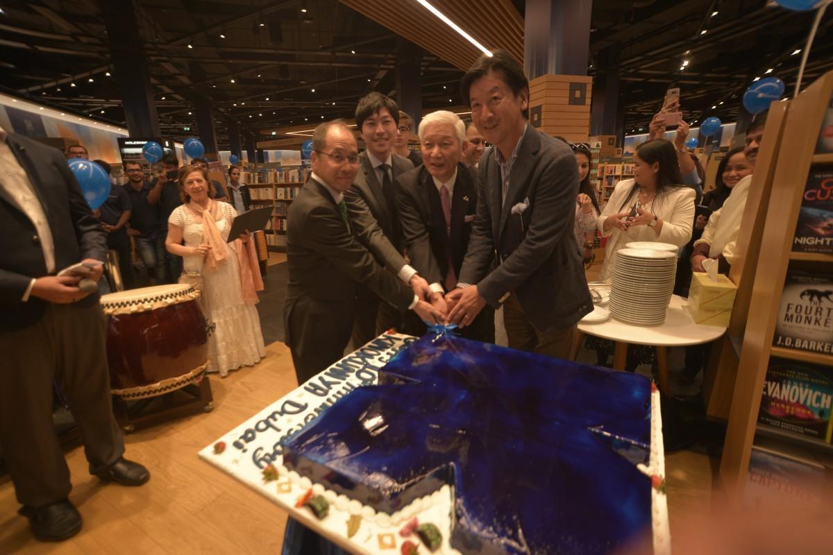 書店のロゴの特製ケーキ。高井会長や梅澤総領事も参加