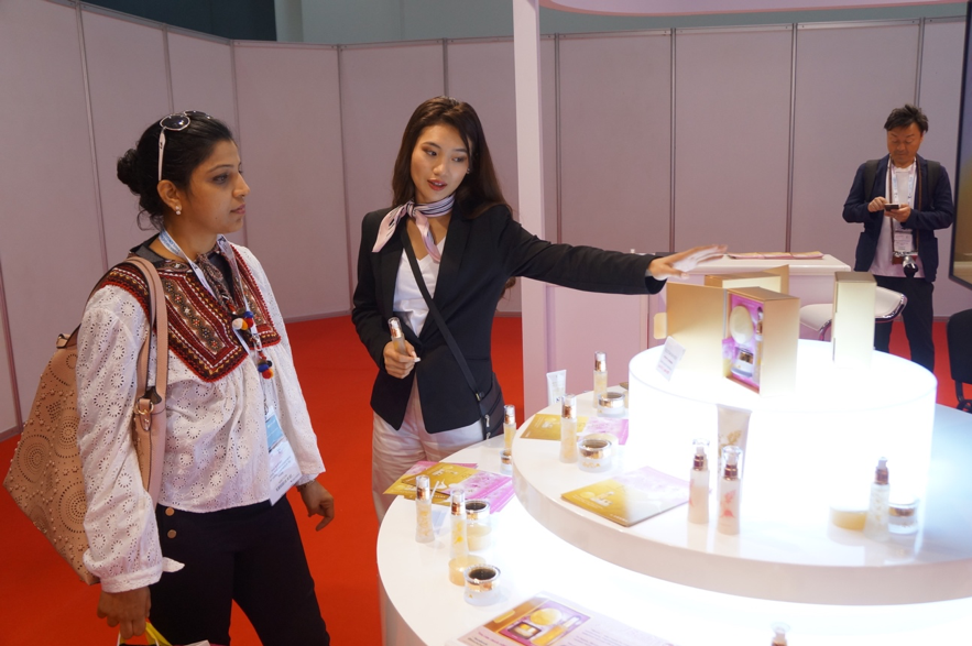 金箔入り化粧品「金桜」の展示ブース
