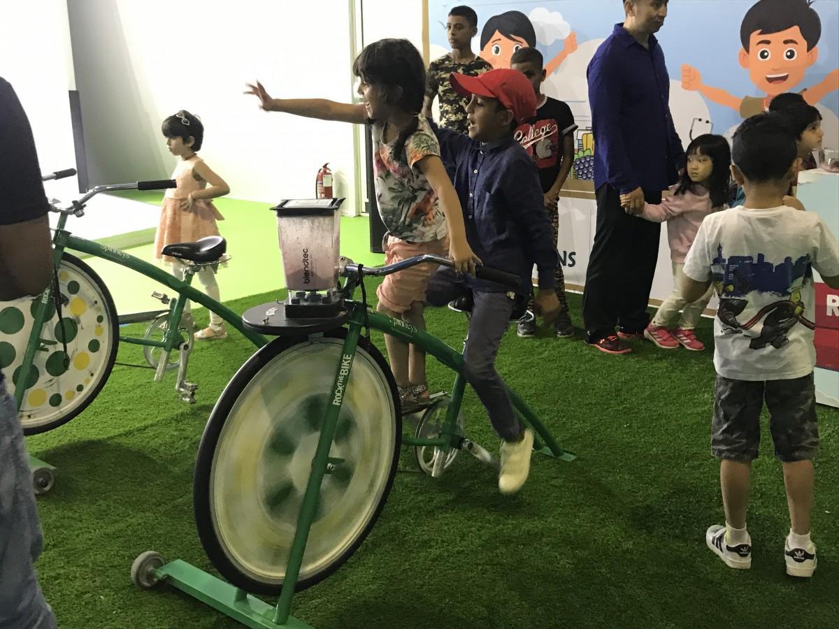 アル・イスラミ社の自転車の力を利用したミキサーコーナー