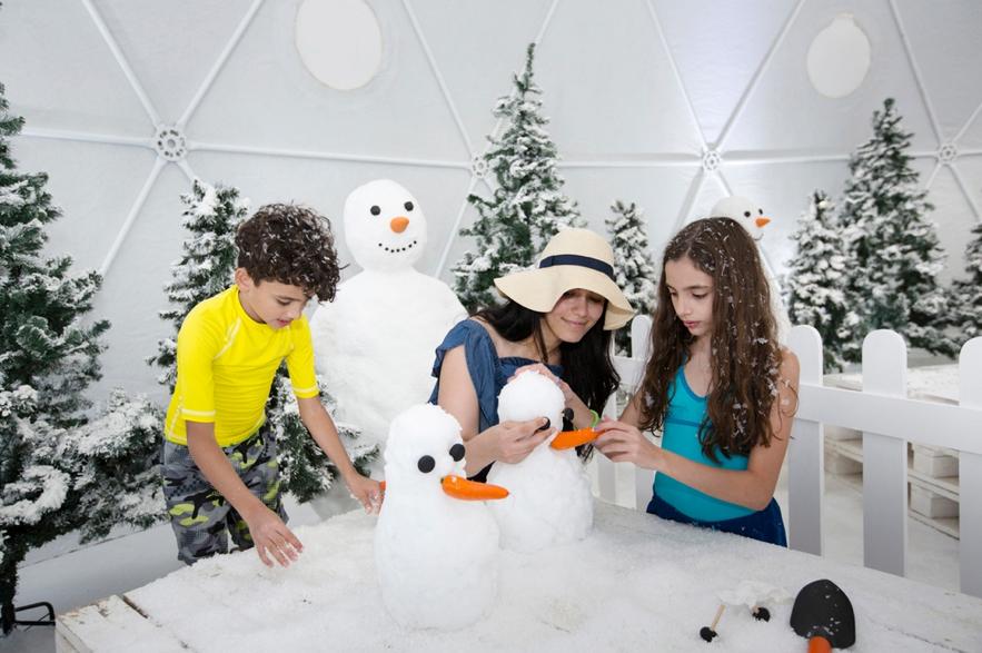 特設ドーム内では雪に触れることも © Dubai Ladies Club