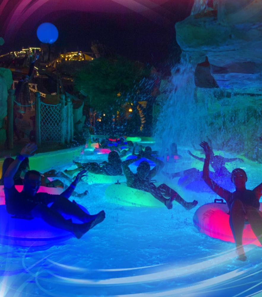 ネオンの浮輪で流れる「Neon River」 © Yas Waterworld