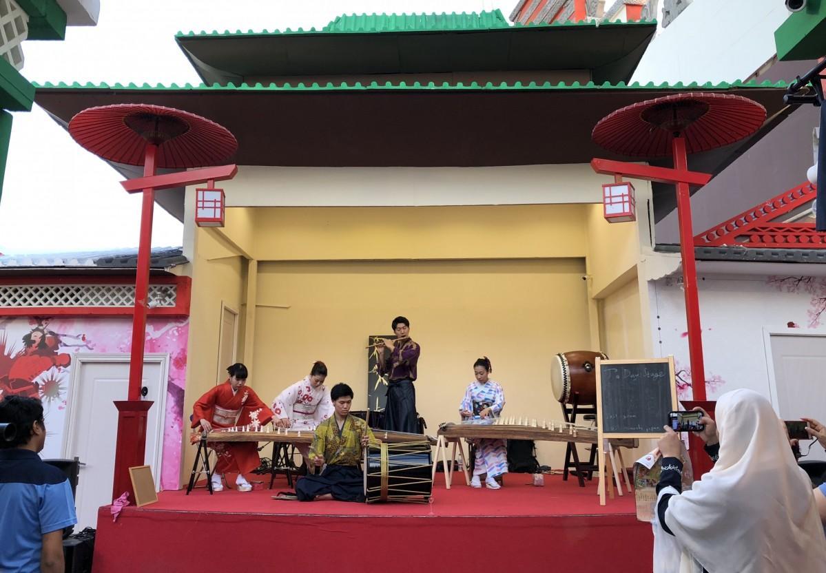 日本パビリオンでは和太鼓と琴の生演奏が楽しめる