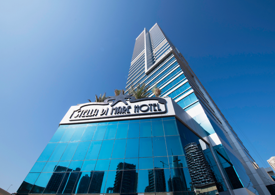 高層ビル群に並ぶ新ホテル