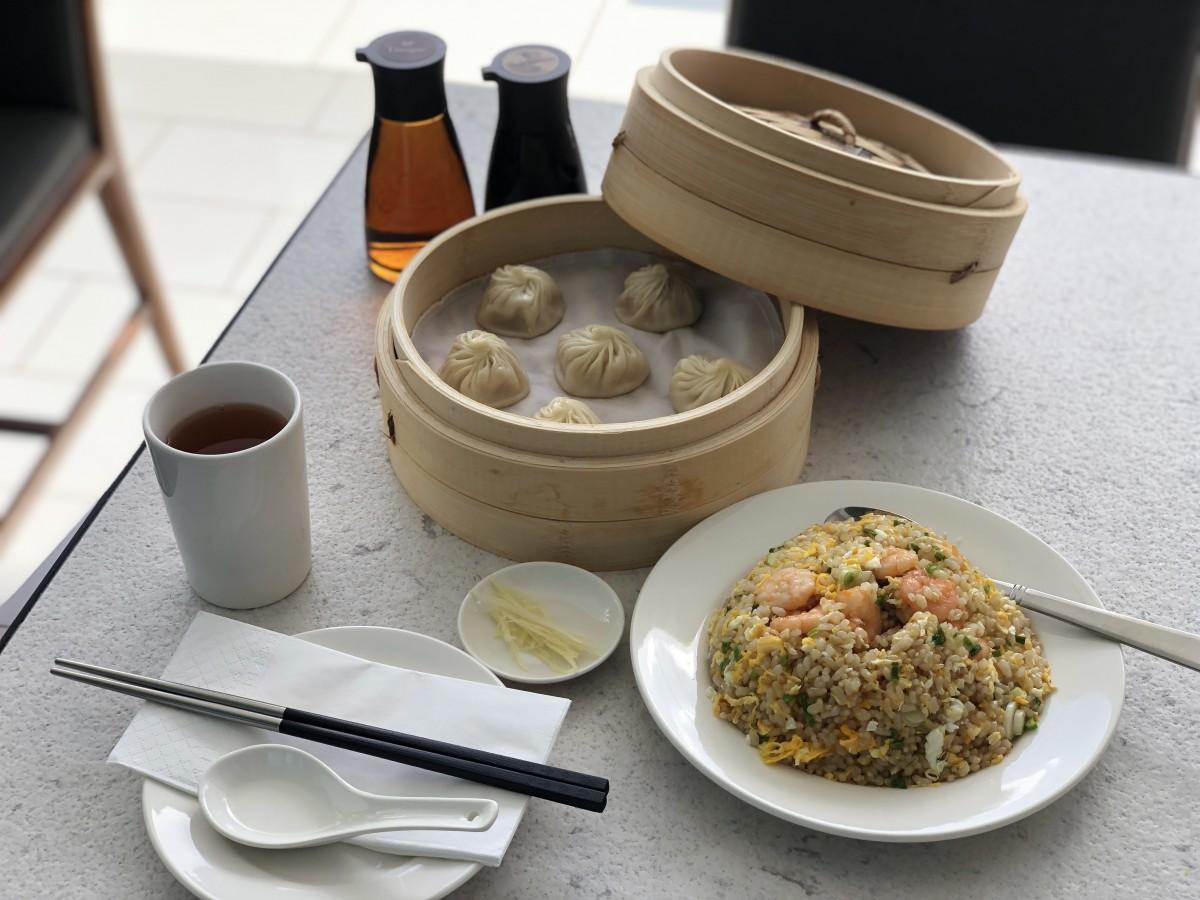 定番メニューのチキンショーロンポーと海老炒飯