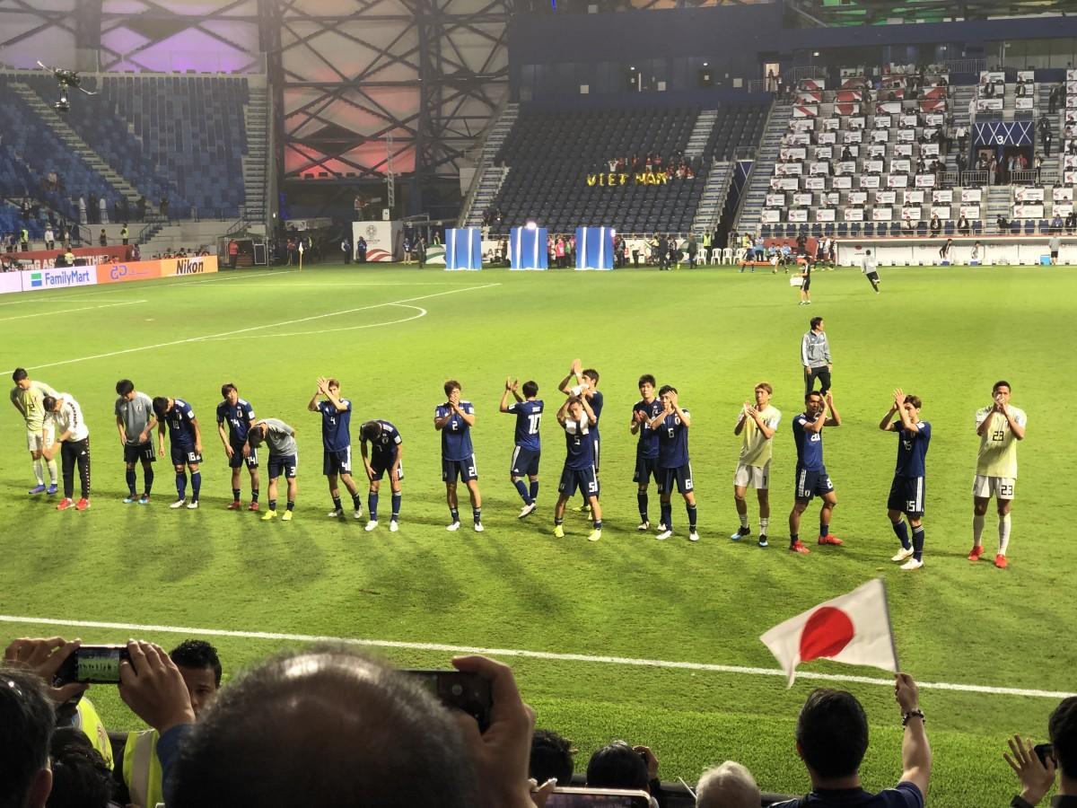 試合後にサポーターと勝利を喜ぶ日本代表