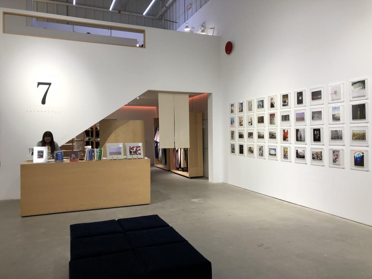 日本の若手写真家の作品が約100点展示される