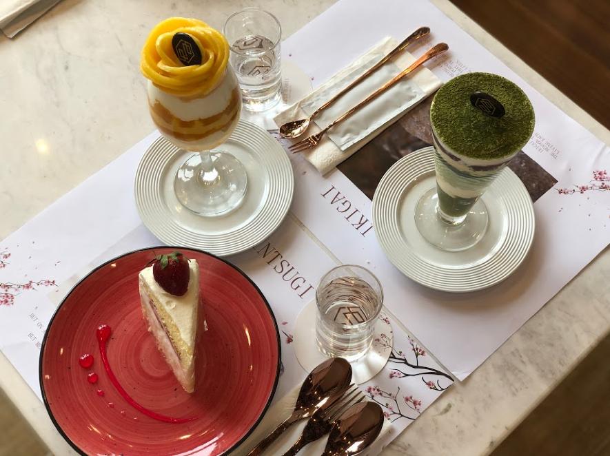 フルーツをたくさん使ったパフェや、フワフワ食感のスポンジ生地が特徴というストロベリーショートケーキ