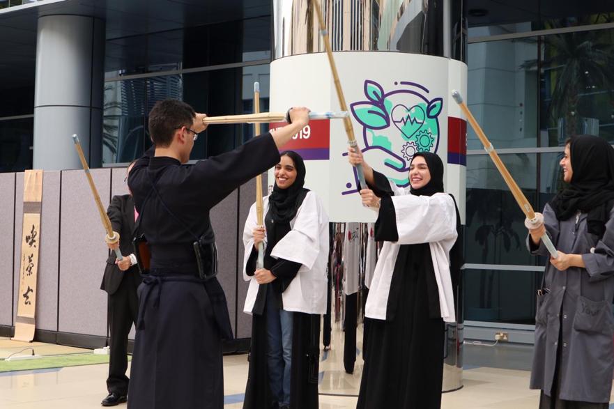 竹刀を振る国立ザイード大学の女子大生たち
