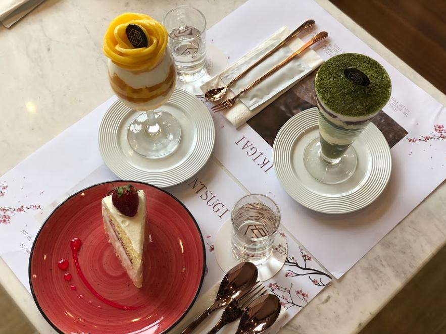 シンプリー・オイシイ・カフェのフルーツをたくさん使ったパフェや、ストロベリーショートケーキ