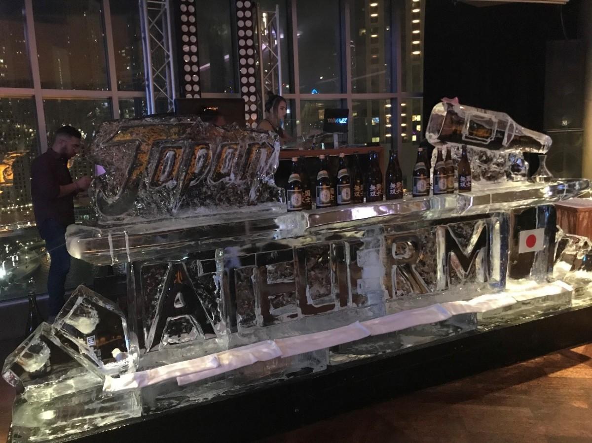 氷の彫刻でデザインされた巨大なイベントロゴ