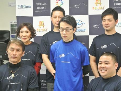 杉原さん(中央)と実行委員のメンバー